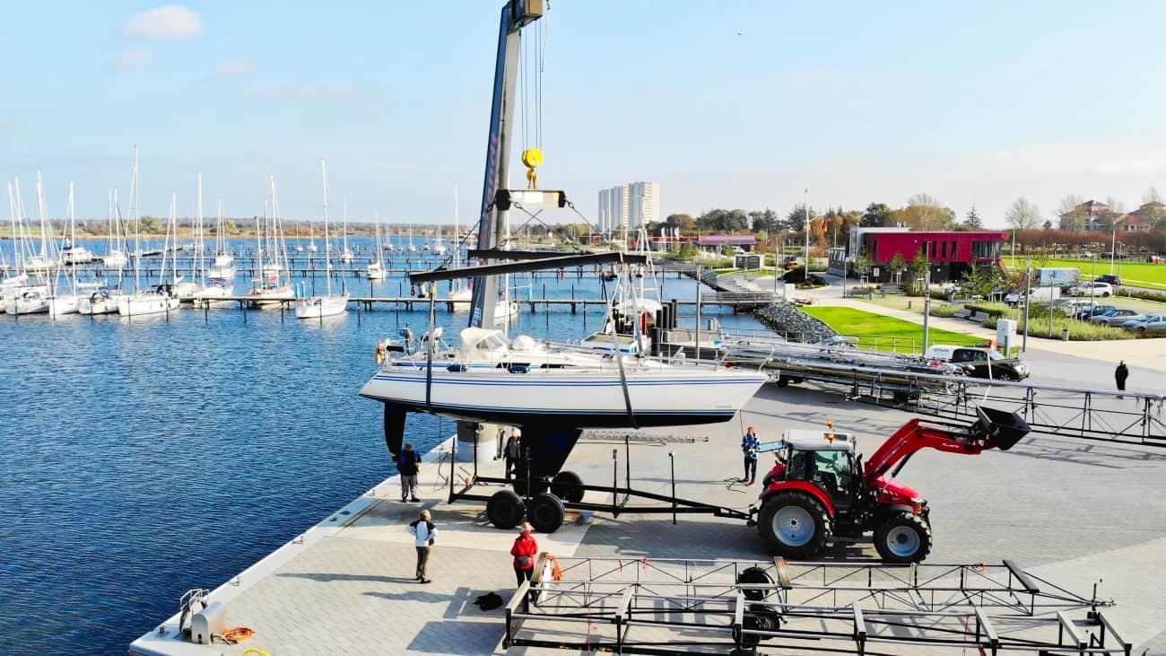 Segelboot wird auf Trailer verladen